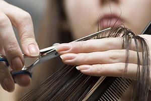 Cortar as pontas dos cabelos faz bem