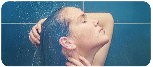 No frio espaçe as lavagens do cabelo